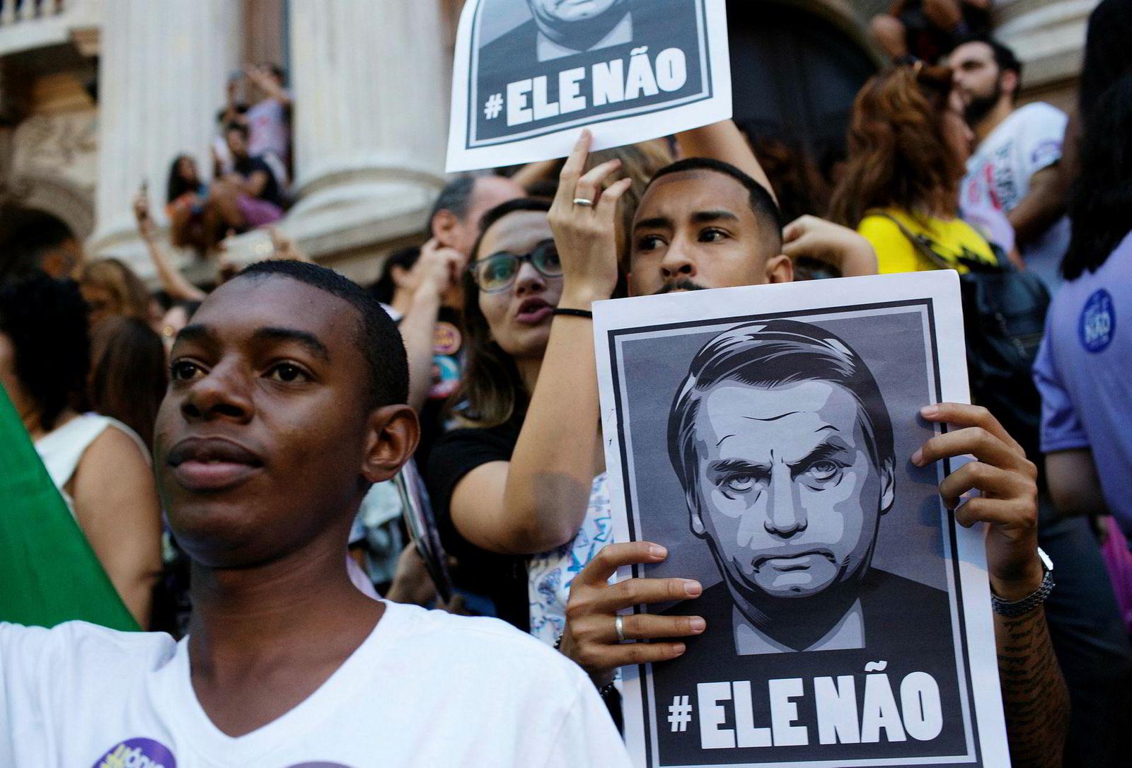 Høyresidens Jair Bolsonaro er på defensiven i presidentvalget i Brasil. En årsak er kampanjen #Elenão – «Ikke ham», som har spredt seg som ild i tørt i gress over Brasil. Sist helg ble det gjennomført gigantiske protestmarsjer over hele landet, Her fra Rio de Janeiro, der rundt 150.000 personer skal ha deltatt i protestene.