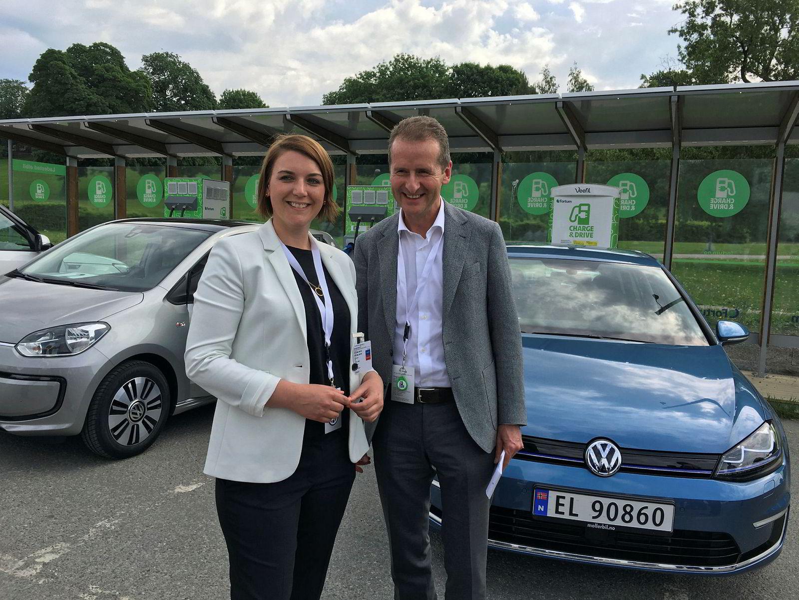 Leder i Elbilforeningen, Christina Bu (t.v.) og VW-styreleder Herbert Deiss.