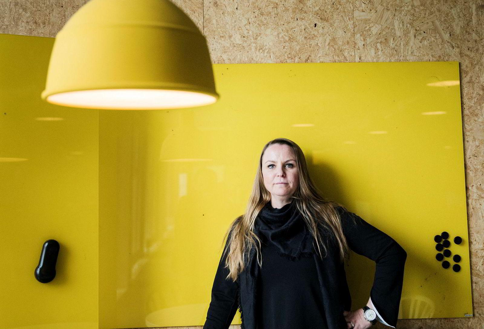 Administrerende direktør i Red Media, Maria Aas-Eng, følger reklamemarkedet på tv-skjermen tett.