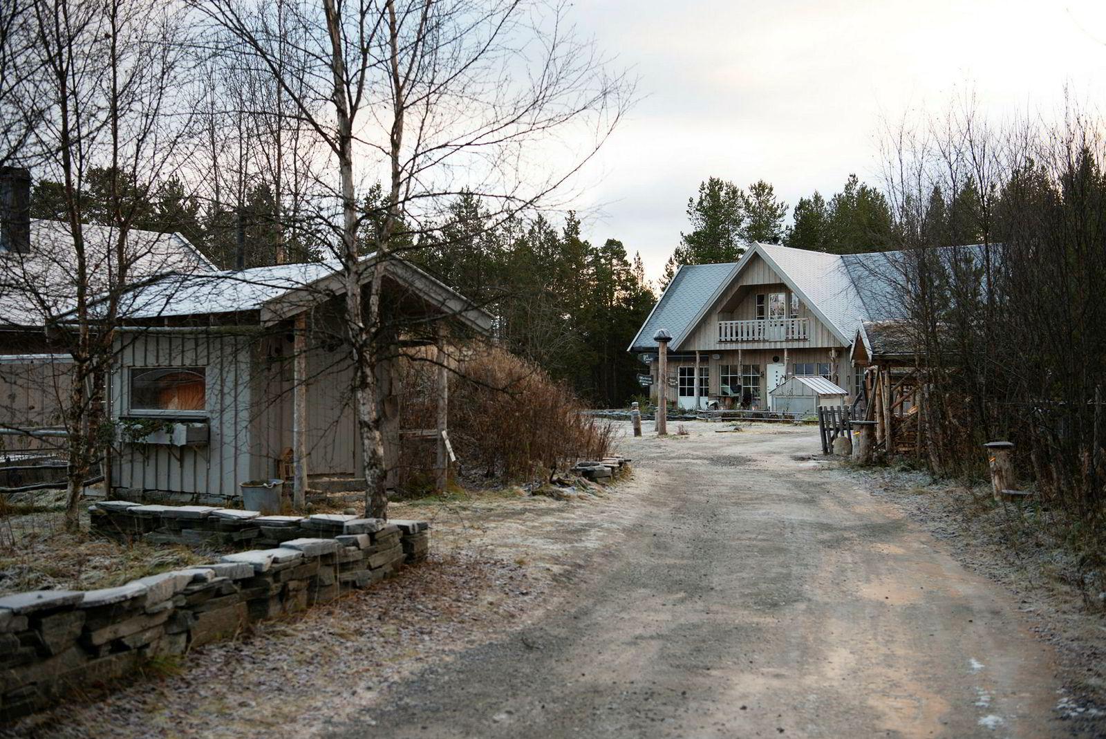 Kokk Johnny Trasti og hundekjører Trine Lyrek har bygget opp et gårdstun utenfor Alta i Finnmark.
