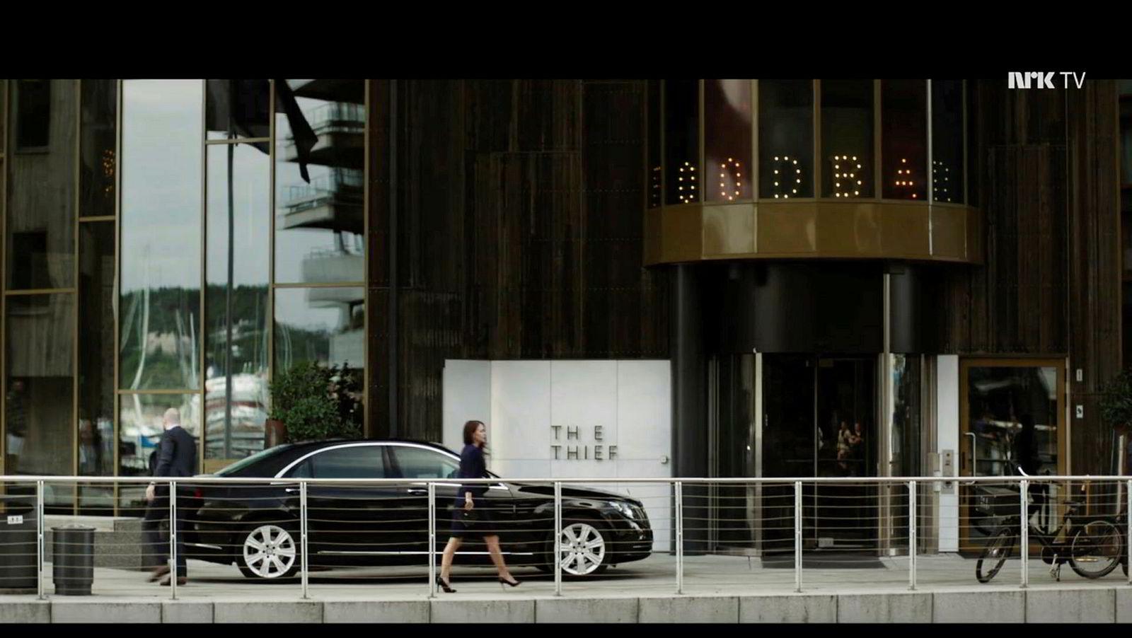 Hermine Veile (Agnes Kittelsen) på vei inn på Petter Stordalens luksushotell The Thief.