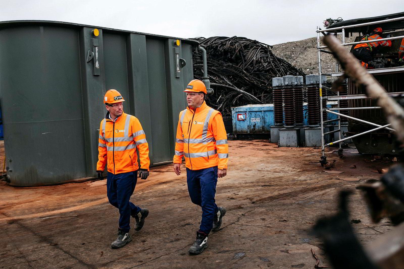 KMT gjenvinner også trafostasjoner. Denne kommer fra Statkrafts anlegg i Røssåga, Nordland. Fra venstre: daglig leder Ole Petter Nilsen og styreleder Rolf Bergerud Næslund.