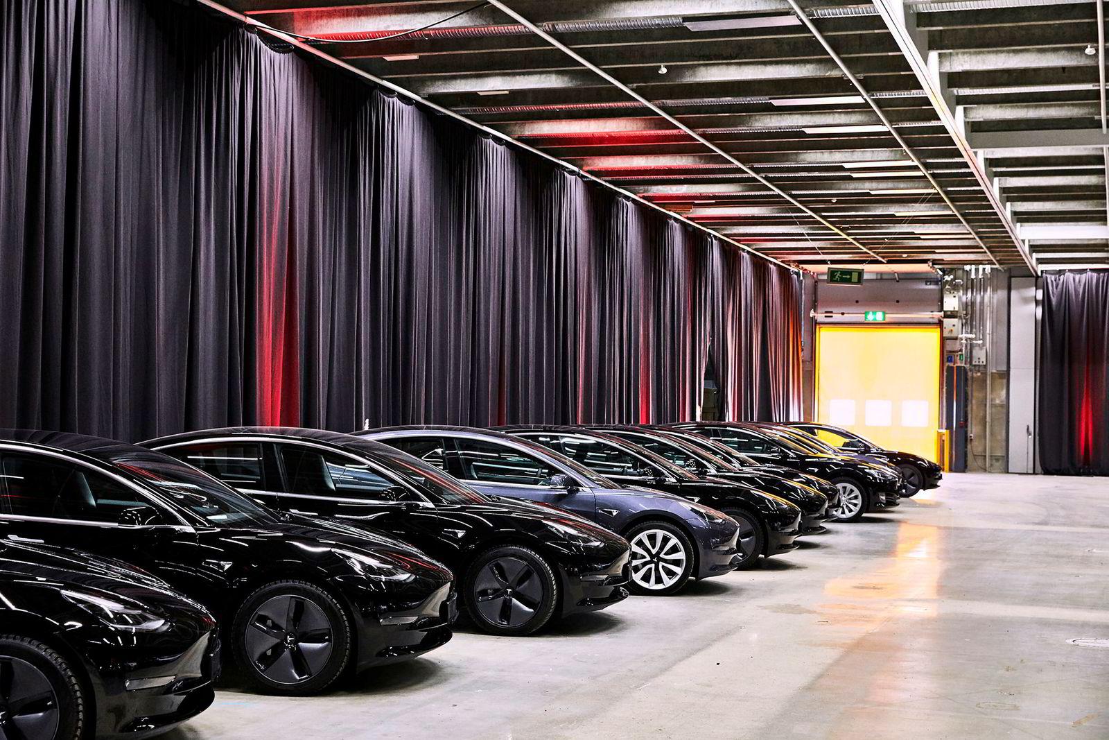 Tesla Model 3 står klare til levering i Norges Varemesse, Lillstrøm.