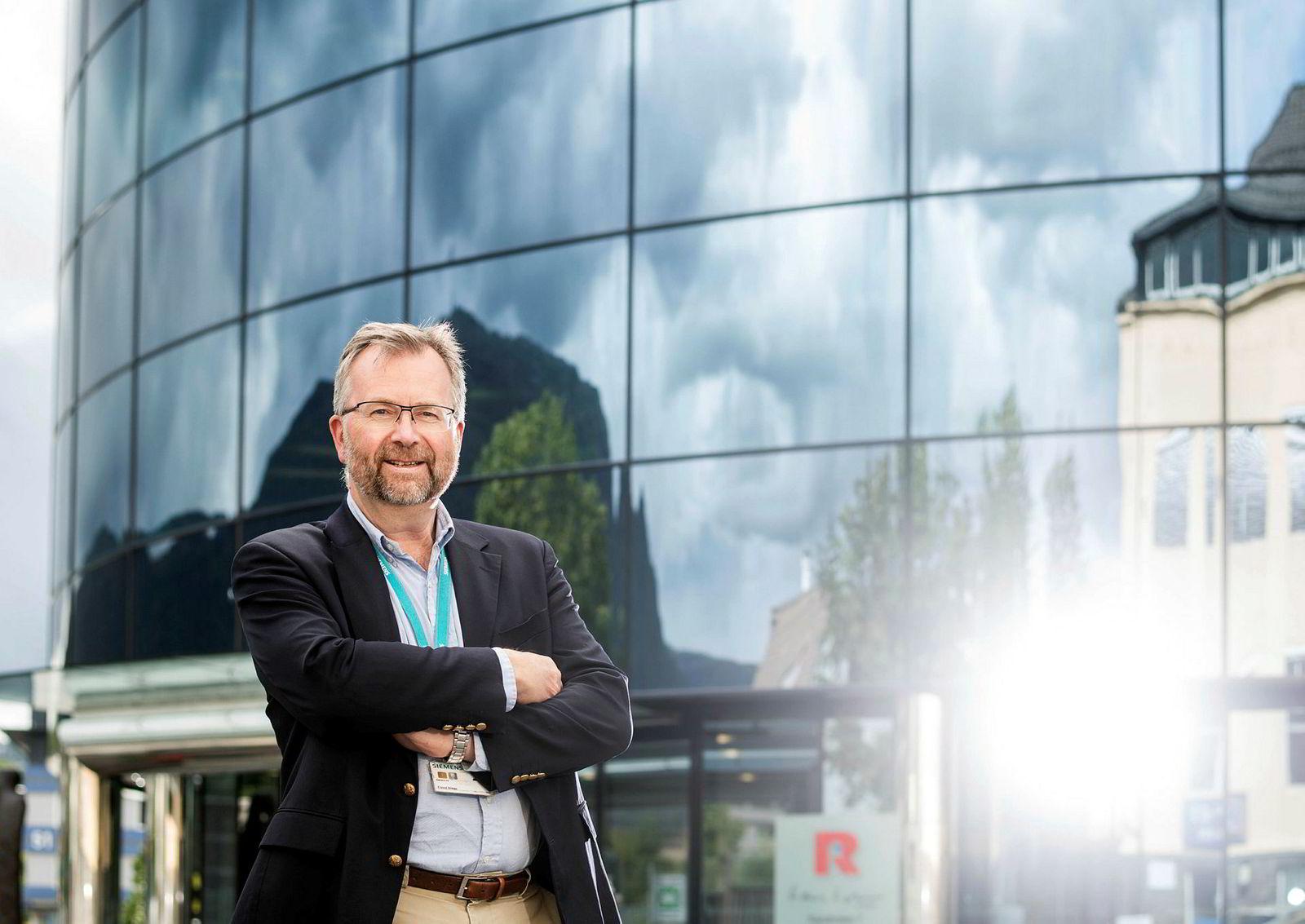 Eivind Nilsen, direktør for salg av energiløsninger i Siemens, mener økonomisk støtte fra Enova hadde vært det optimale for å få bygget landstrømanlegg til cruiseskip.