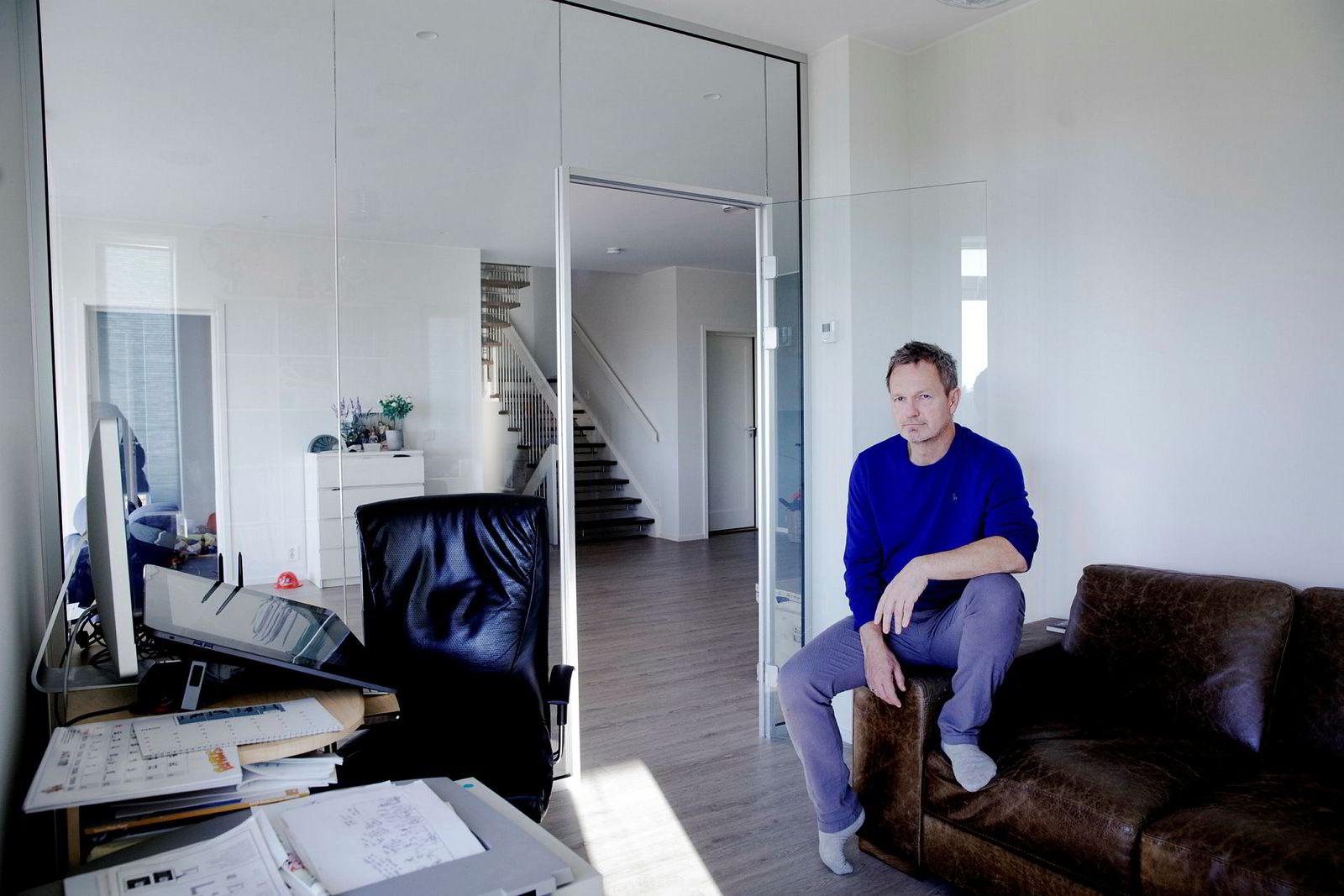 Tegneserieskaper Frode Øverli tegner «Pondus» på hjemmekontoret på Askøy. Han forteller at han er «bitte litt» redd for at filmprosjektet skal ta for mye tid, men sier det er verdt det.