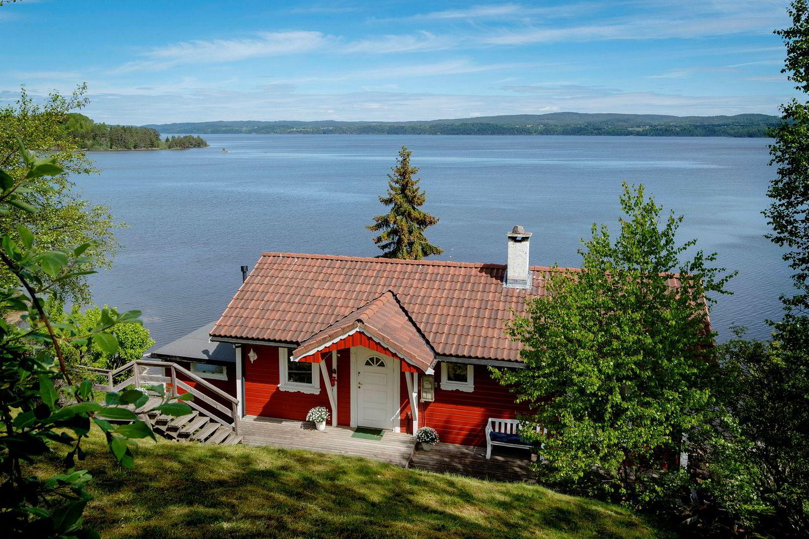 Den 98 kvadratmeter store hytta i Enebakk har egen brygge ved innsjøen Øyeren. Prisantydningen er 1,8 millioner kroner.