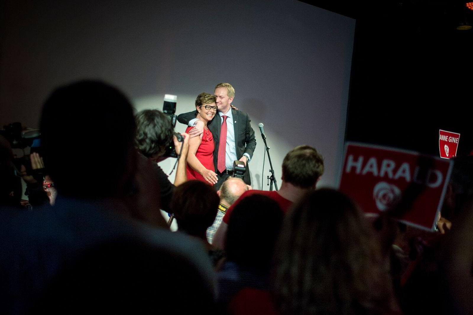 APs valgvake. Arbeiderpartiets Harald Schjelderup og Anne Gine Hestetun gratulerer hverandre med seieren i Bergen.