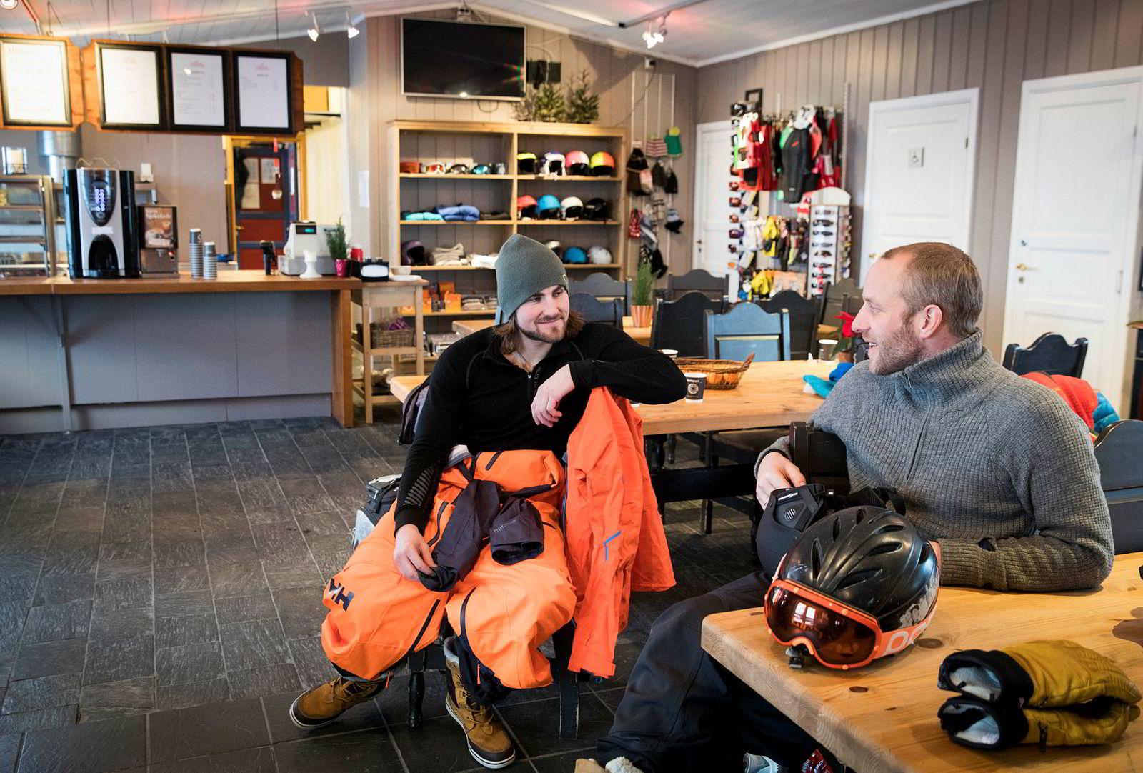 Dennis Risvoll, til venstre, tar en prat med Brage Weldingh i kafeen på Lemonsjøen skisenter. Weldingh er en av pionerene i skimiljøet på Vågå. Nå drifter han skisenteret.