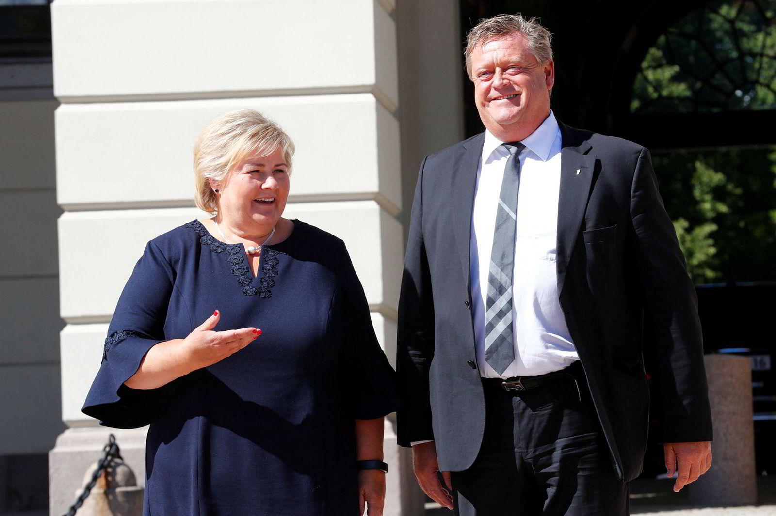 Statsminister Erna Solberg og nyutnevnt fiskeriminister Harald Tom Nesvik på Slottsplassen.