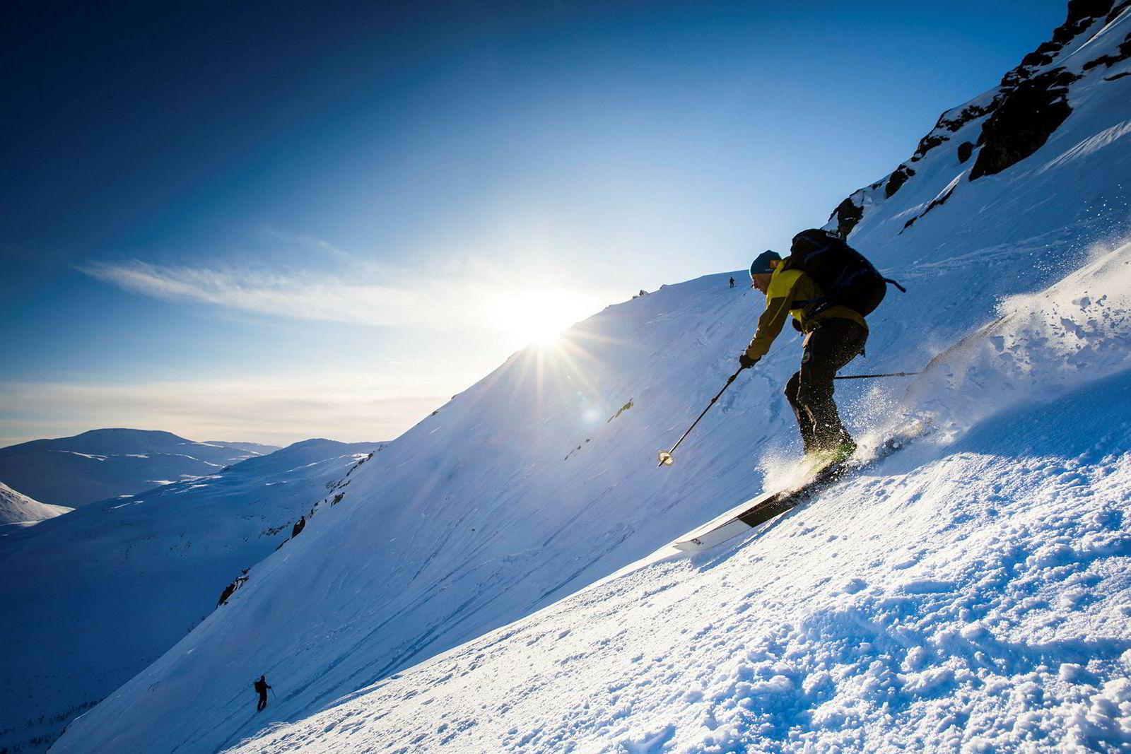 Fem-seks centimeter med nysnø har gitt bedre skiføre enn på lang tid. Espen Nordahl svinger seg ned fra Skitntind.