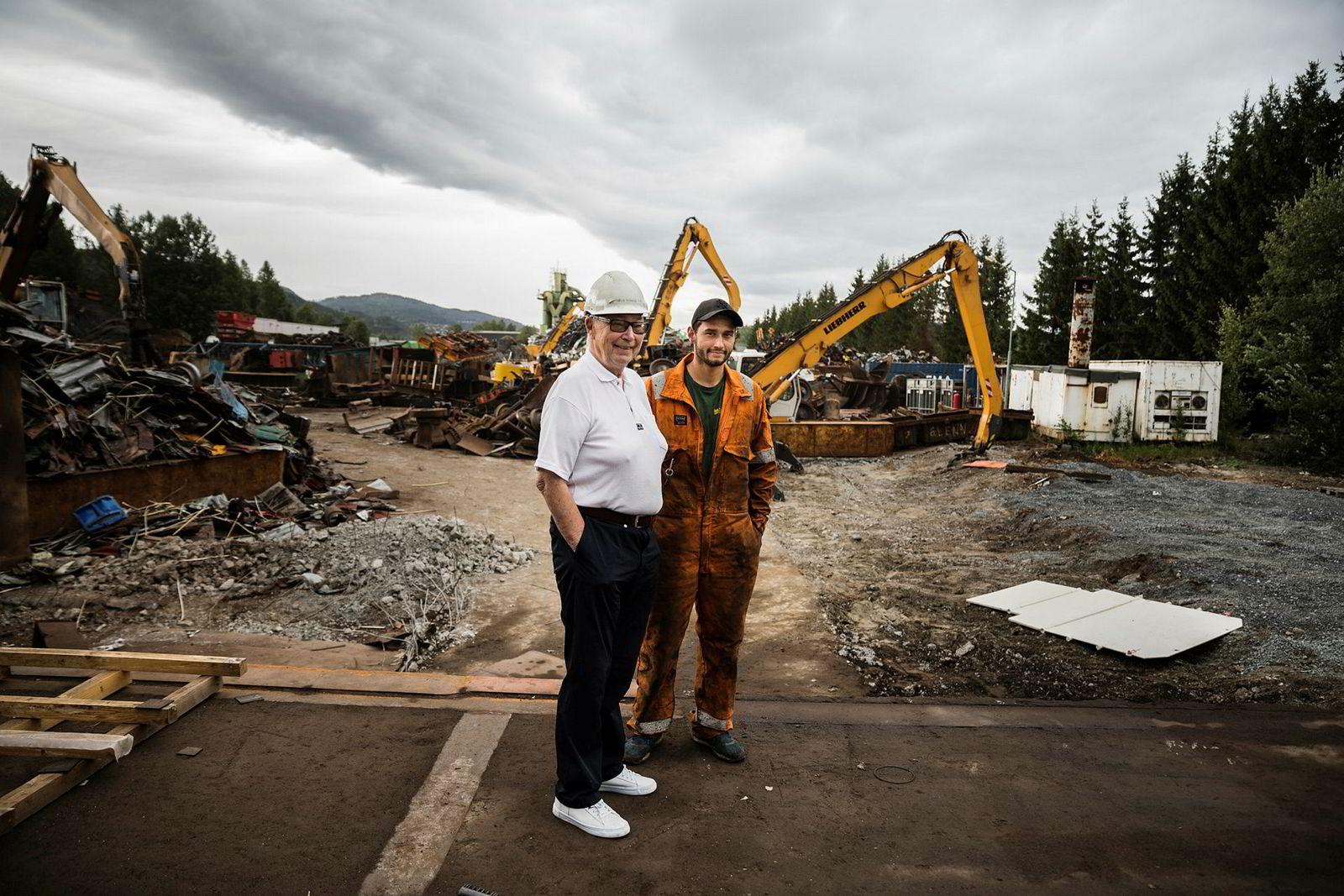 Hellik Teigen og barnebarnet Ring Andre Teigen tjener gode penger på skrapmetall.