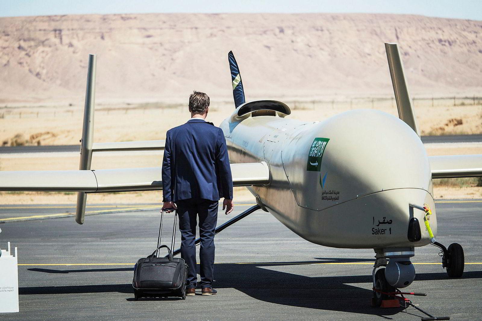 Saudi Air Show ble arrangert på Thumamah-flyplassen i Riyadh i Saudi-Arabia i mars. Her ser en besøkende nærmere på en ubemannet stridsdrone fra Norinco International Coperation.