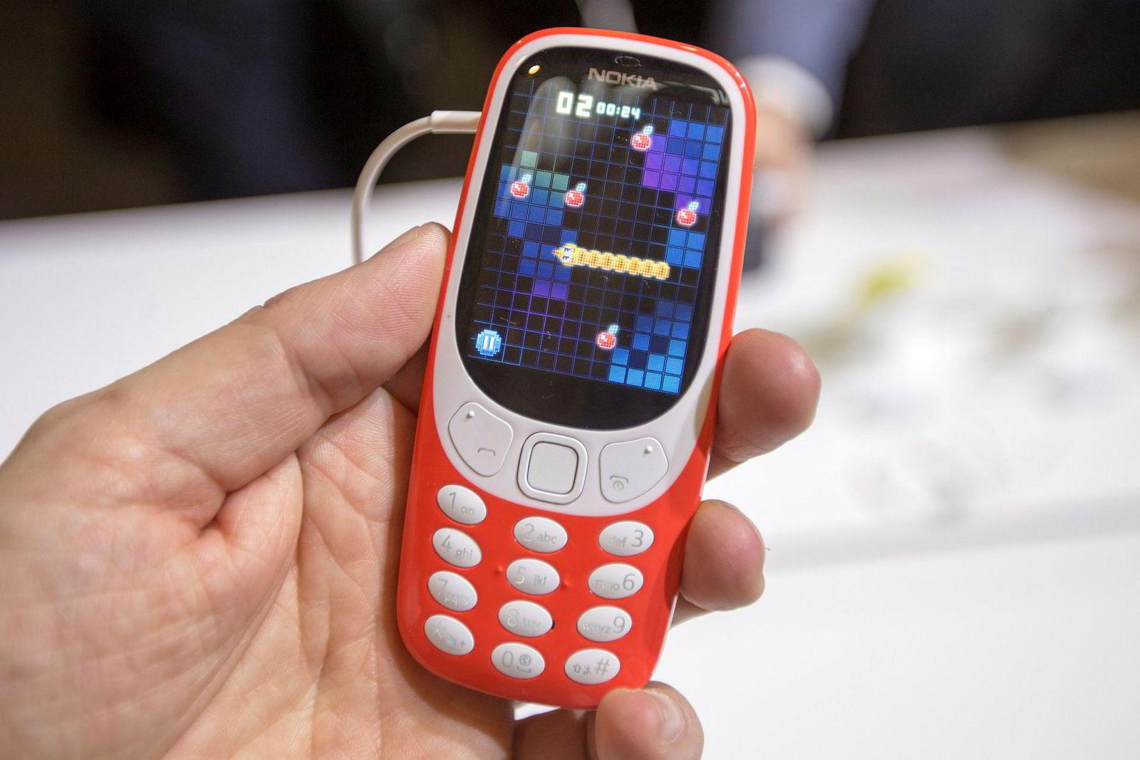 Husker du Snake? Det klassiske – og kanskje første – mobilspillet er tilbake på Nokia 3310. Telefonen er like enkel som før, men med enda bedre batteritid.