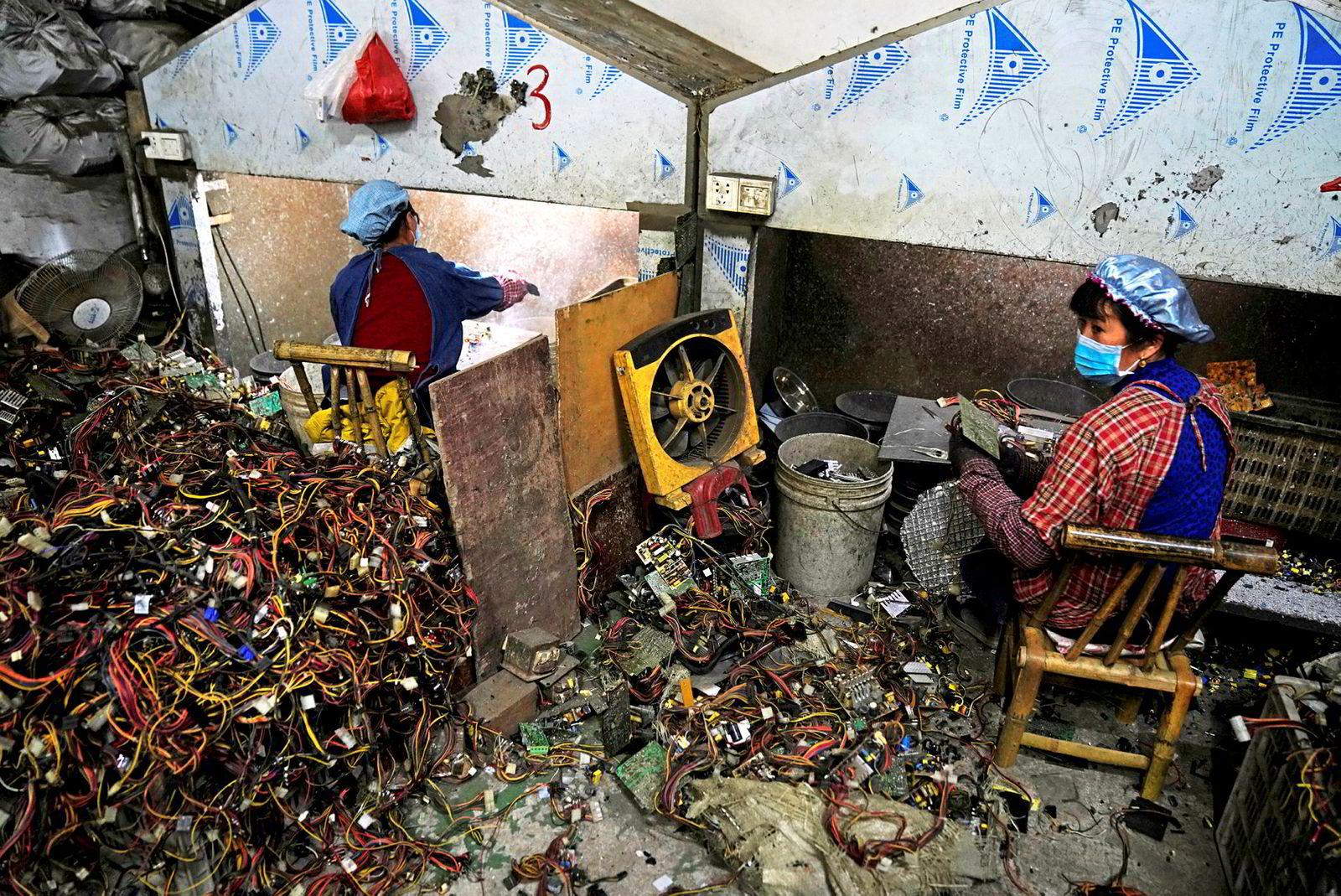 Elektronisk avfall sorteres i Guiyu i Kina tidligere i år.