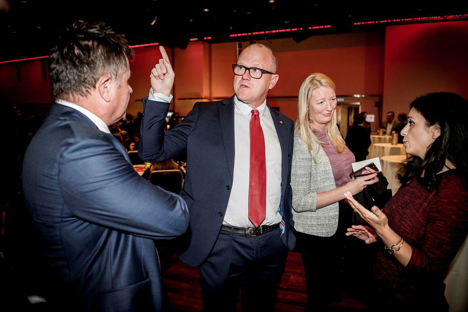 Leder i Oslo Arbeiderparti Frode Jacobsen (rødt slips) og nestleder i Arbeiderpartiet Hadia Tajik (til høyre) under vaken på Folkets Hus i Oslo mandag kveld.