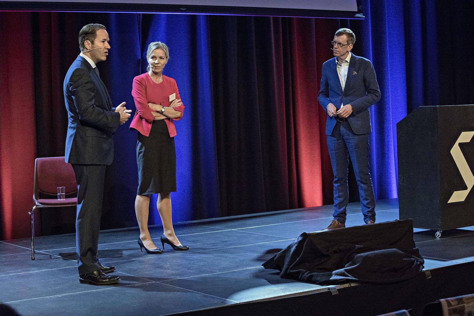 Paneldebatt med bl.a. Lars Erik Grønntun (CEO i Hill+Knowlton EMEA) og Marte Gerhardsen (leder av Agenda). Ledet av Kjetil B. Alstadheim (til høyre)                 Maktens Språk,  DN Konferanse på Sentralen.