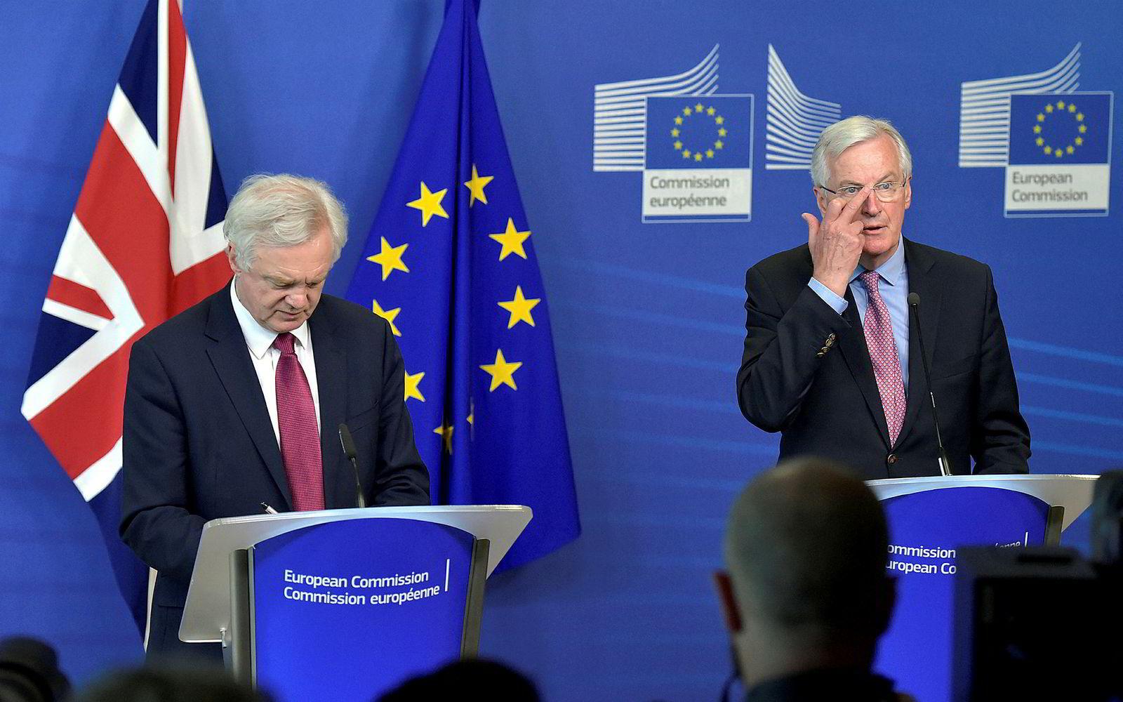 19. juni 2017: Mandag denne uken startet de offisielle brexit-forhandlingene. Brexit-minister David Davis og EUs sjefforhandler Michel Barnier ble enige om organiseringen av arbeidet. Barnier sendte et litt uheldig signal da han skulle rette på brillene under pressekonferansen.