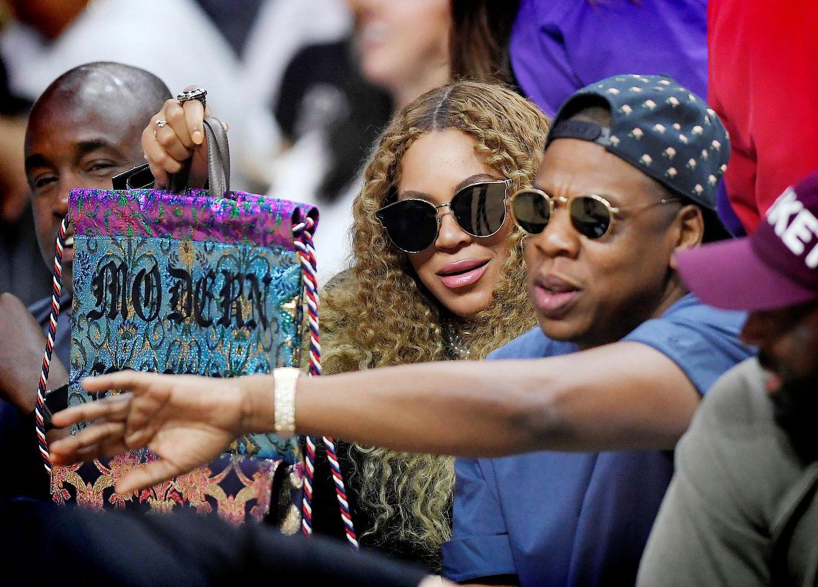 Stjerneparet Beyoncé og Jay Z, som eier Tidal, på tribunen under en basketballkamp i Los Angeles.