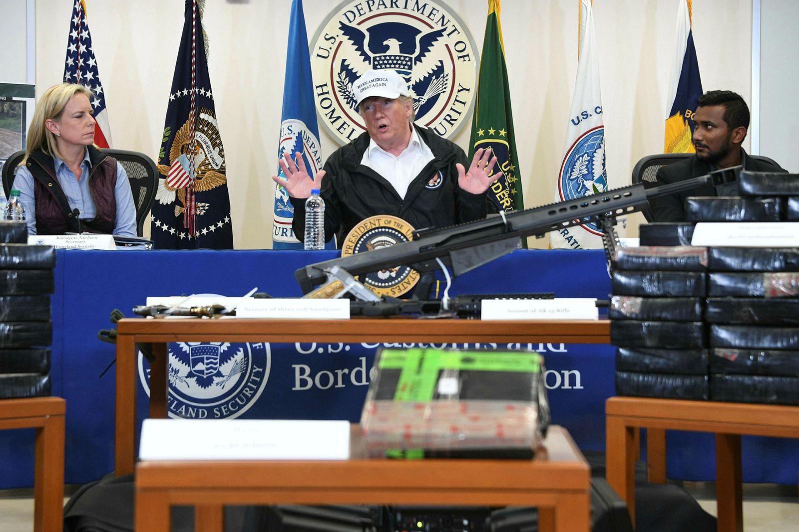 Donald Trump på besøk ved en grensestasjon i McAllen i Texas torsdag.