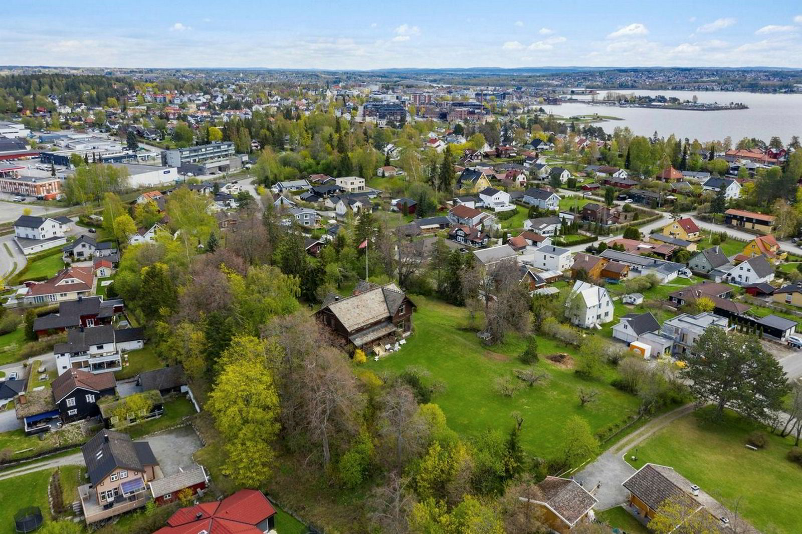 Denne gamle villaen og åtte mål tomt er til salgs for 25 millioner kroner på Hamar.