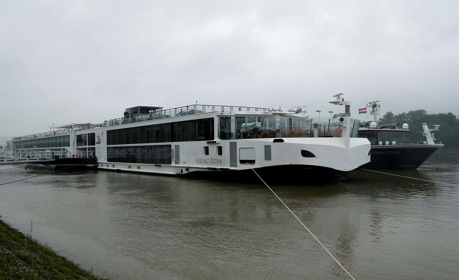 Ingen om bord på det norskeide elvecruiseskipet skal ha blitt skadd. Selskapet opplyser at det samarbeider med myndighetene.