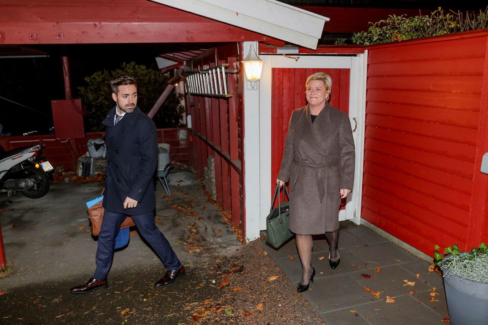 Finansminister Siv Jensen møtte pressen utenfor sin bolig mandag morgen. Her med statssekretær Petter Kvinge Tvedt (Frp).