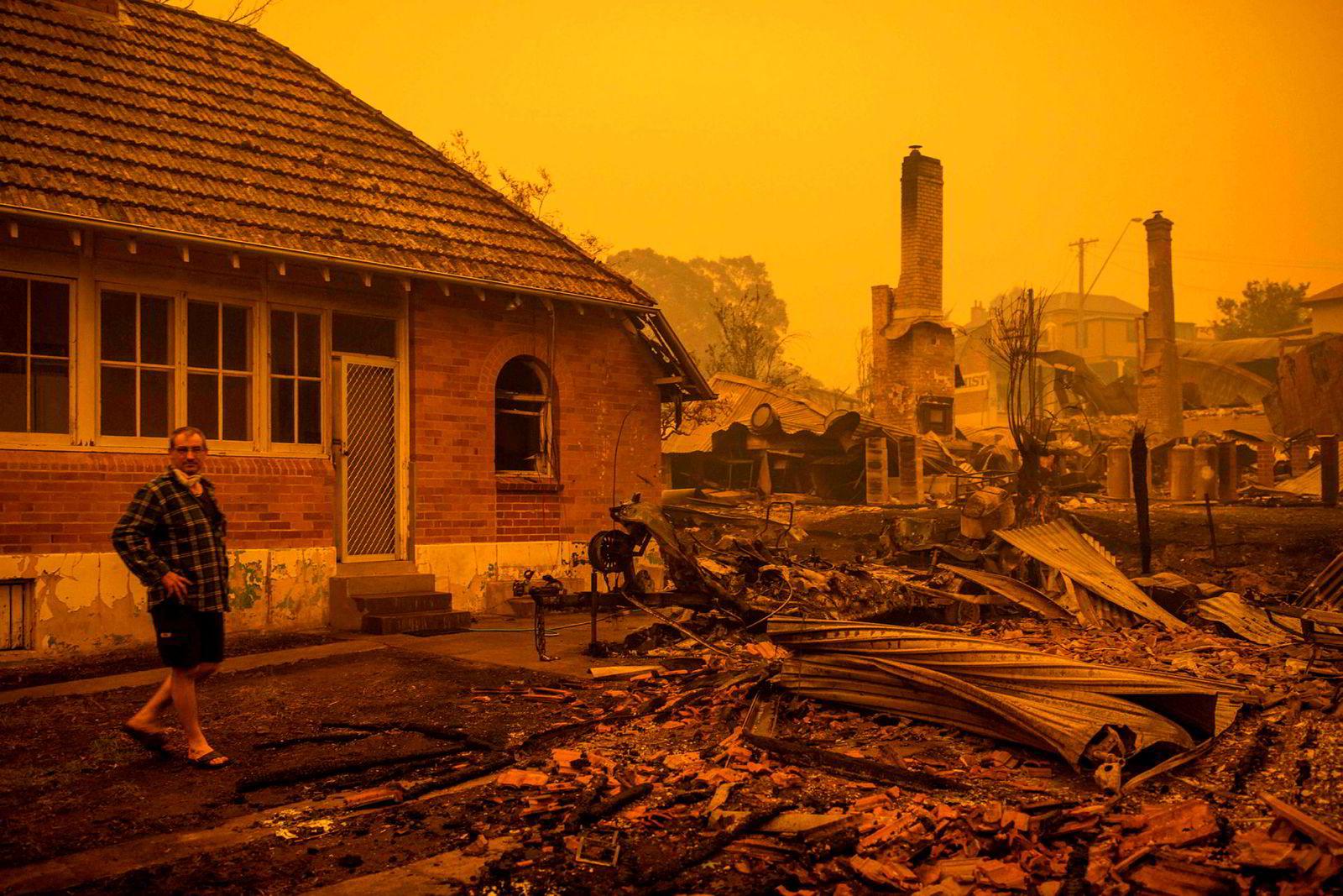 Fastboende og turister ble tvunget til å flykte til strender i New South Wales etter katastrofale branner denne uken. Det pågår evakuering med marineskip.