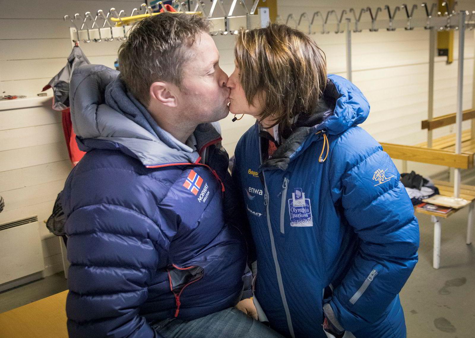 Maya Pedersen gir ektemann og trener Snorre Pedersen et kyss etter videogjennomgåelsen av runden.