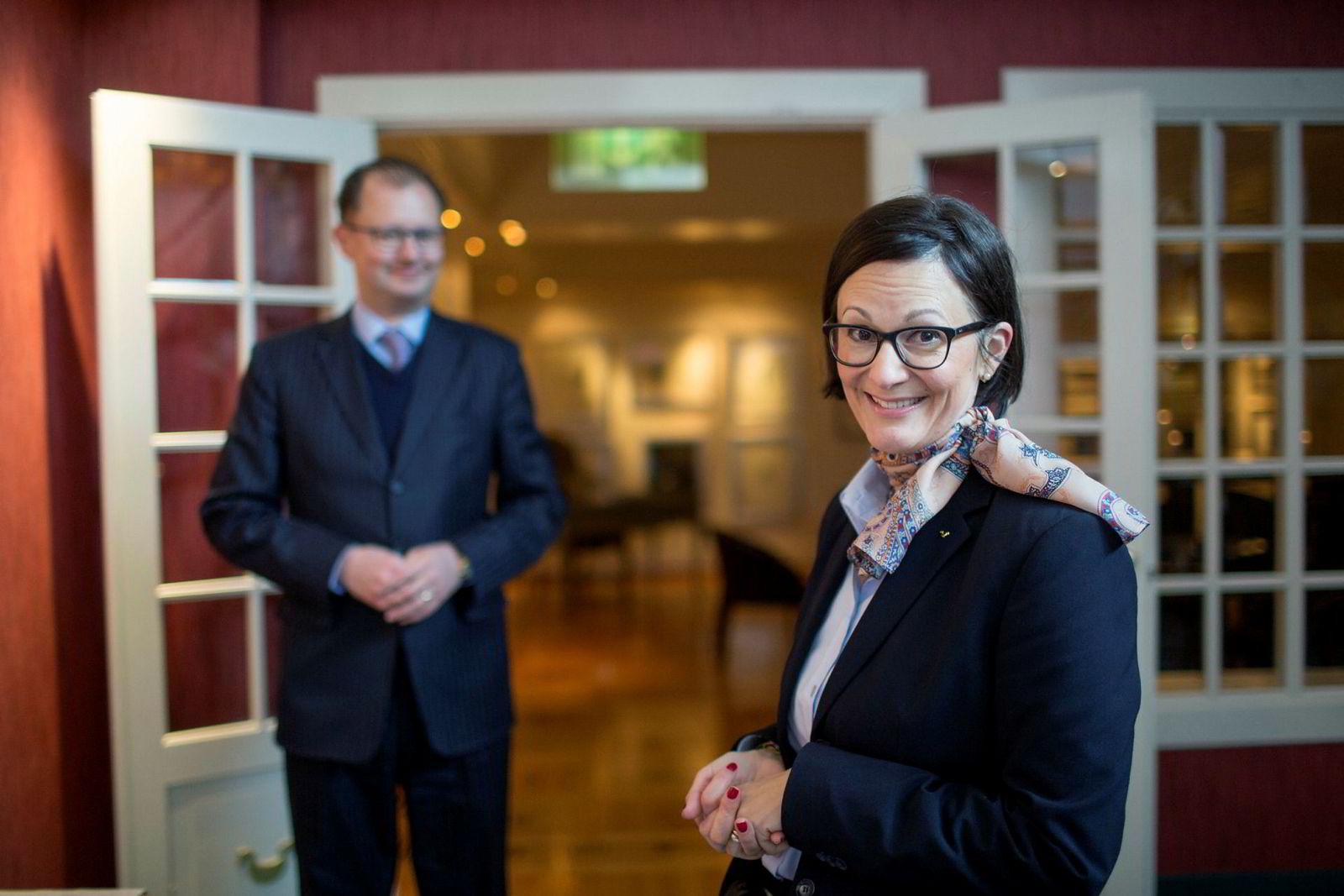 Barbara Zanoni Utne, med ektemannen Hans Edmund Utne i bakgrunnen, kastet Booking.com på båten i fjor og mener det er på tide at også Norge forbyr nettreisegigantenes prisklausuler.