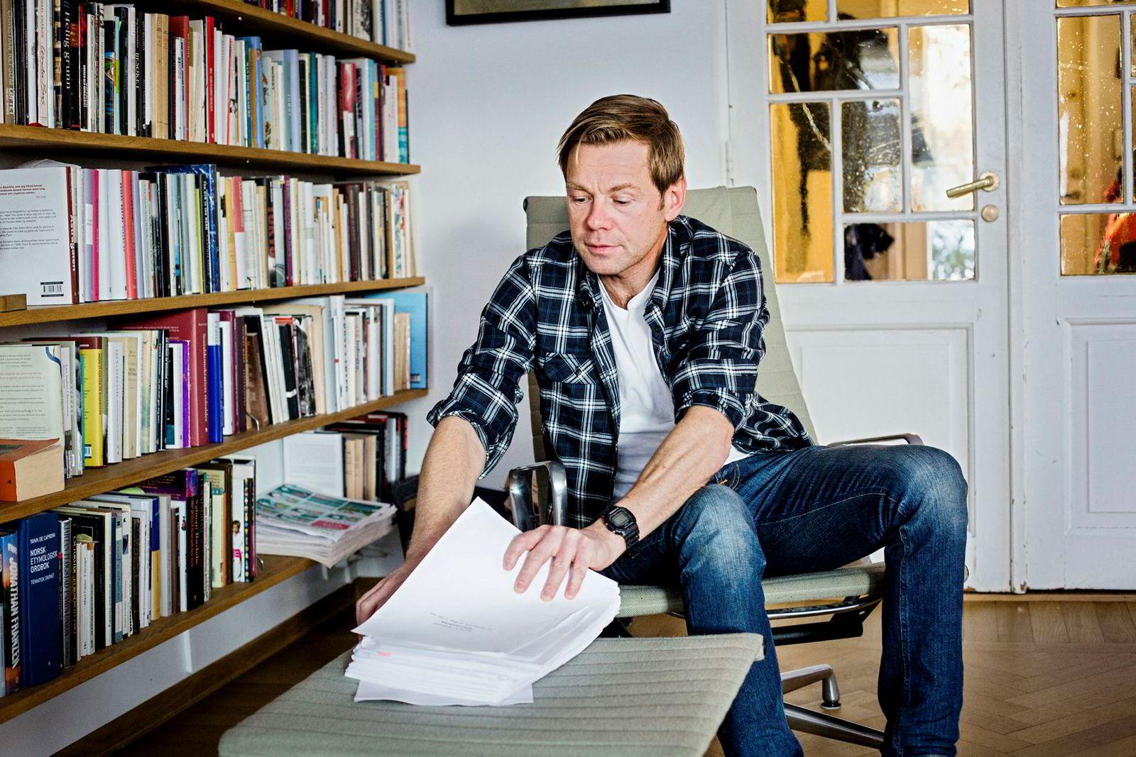 Forfatter Henrik Langeland med manus til historien om Aker.