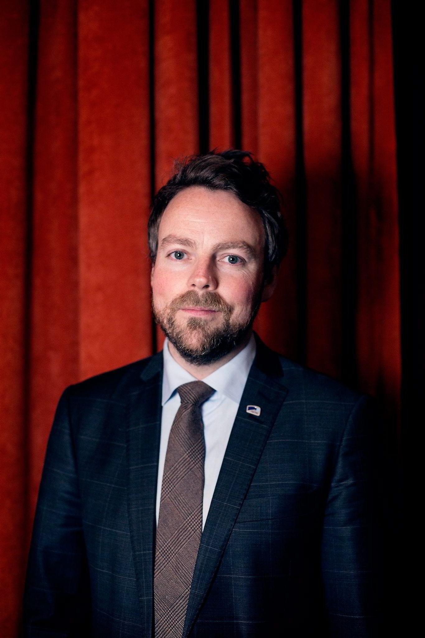Kunnskapsminister Torbjørn Røe Isaksen har høstet kritikk for unnvikende svar om Westerdals. Nå krever han tilbakebetaling og anmelder skolen til Økokrim.