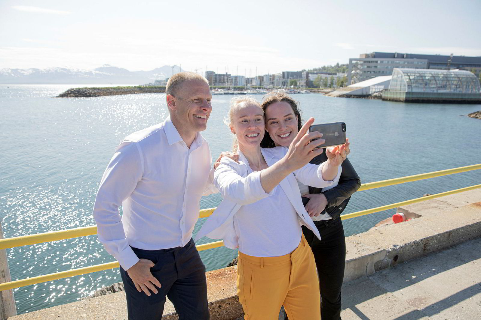 Ledelsen i Aker BioMarine er fornøyd med at forskerne mener fiske etter krill er bærekraftig. Her på kaia i Tromsø. Fra venstre administrerende direktør Matts Johansen, direktør for bærekraft, Runa Haug Khoury, og kommunikasjonssjef Ingeborg Tennes.