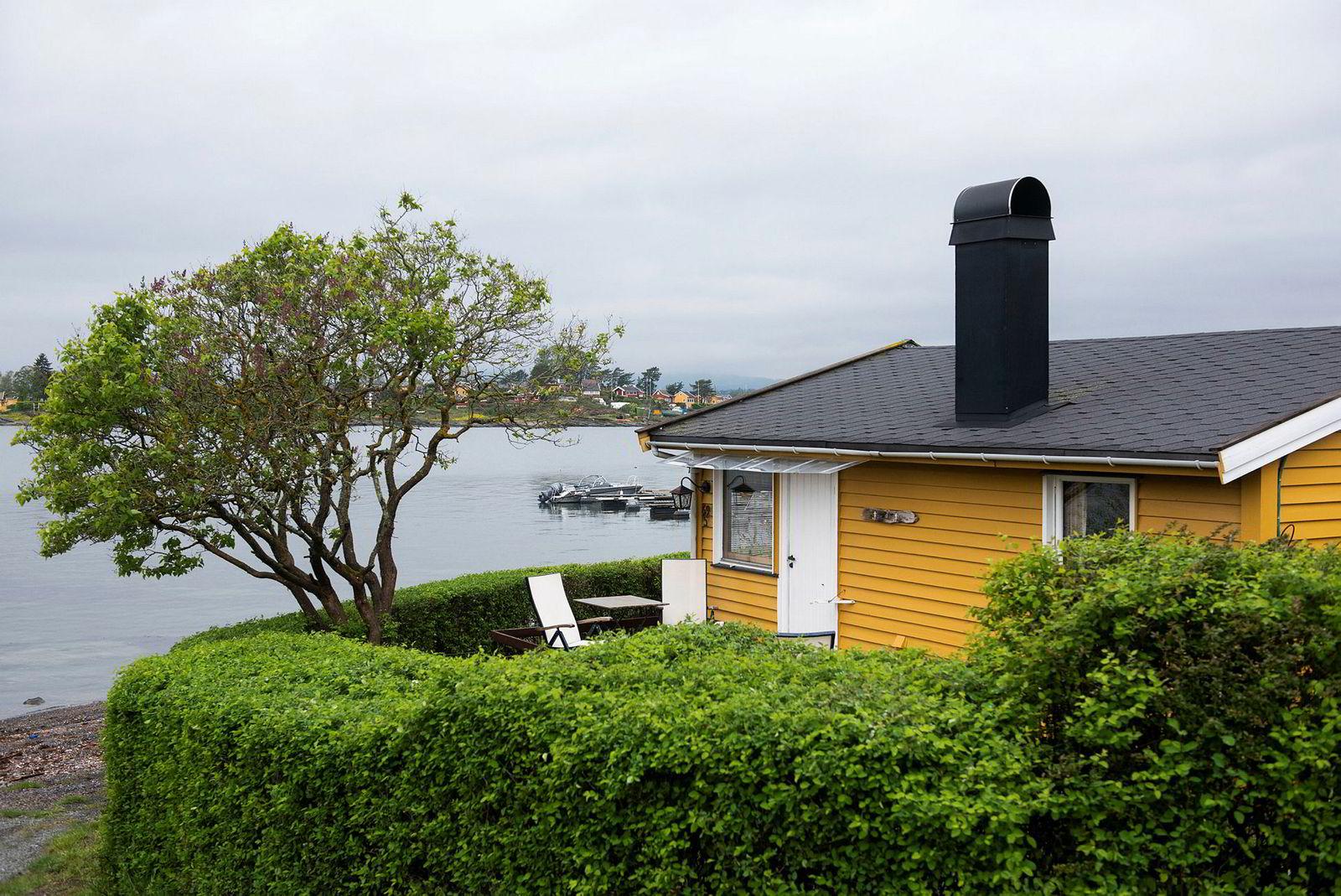 33 kvadratmeter stor hytte på Lindøya i første rekke mot sjøen, noen få meter fra strandkanten. Prisantydning 4,5 millioner kroner.