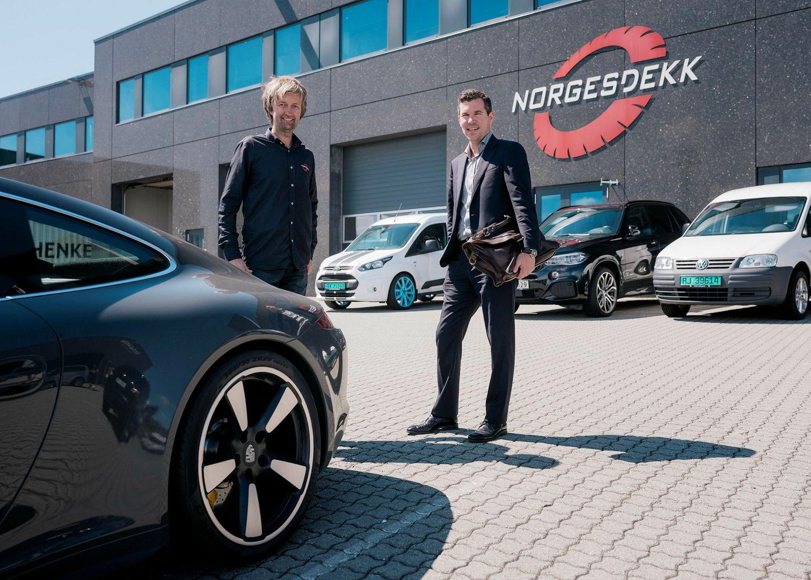 Sindre Ertvaag i Camar (til høyre) kjøper seg inn i Norgesdekk. Han har overtatt Porschen på bildet av sin far John Arild Ertvaag. Til venstre Jone Stangeland.