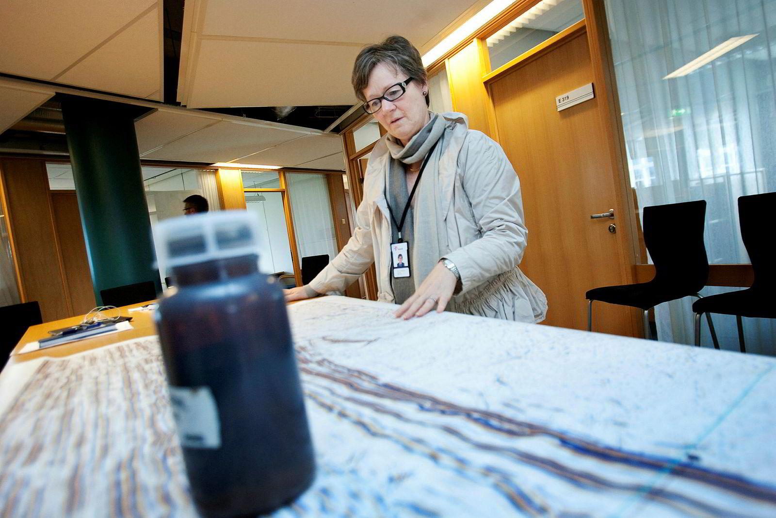 Stavanger, 5. august 2011: Daværende letedirektør for norsk sokkel, Gro Gunleiksrud Haatvedt, i Equinor studerer geologiske data og prøver fra funnet Aldous Major North. Dette feltet sammen med Aldous Major South og Avaldsnes skiftet senere navn og ble til Johan Sverdrup-feltet.
