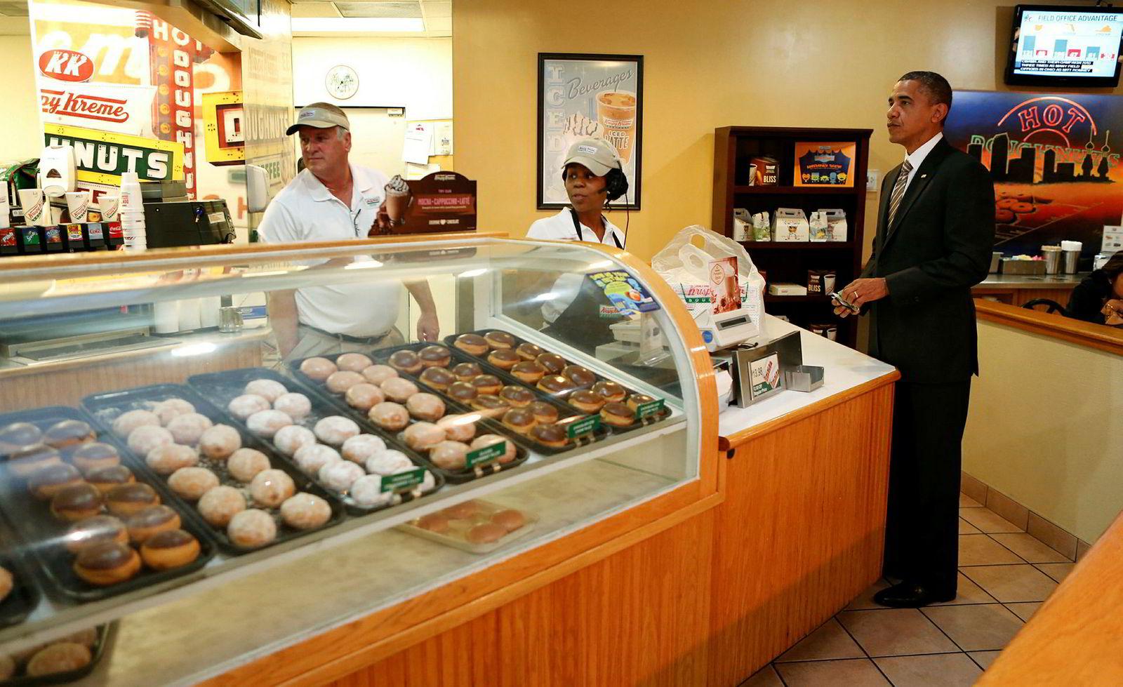 Tidligere USA-president Barack Obama på besøk hos doughnut-kjeden Krispy Kreme under valgkampen i 2012. Kjeden er eid av den tyske Reimann-familien, som nå donerer millioner til veldedighet etter at sterke bånd til naziregimet ble avdekket.