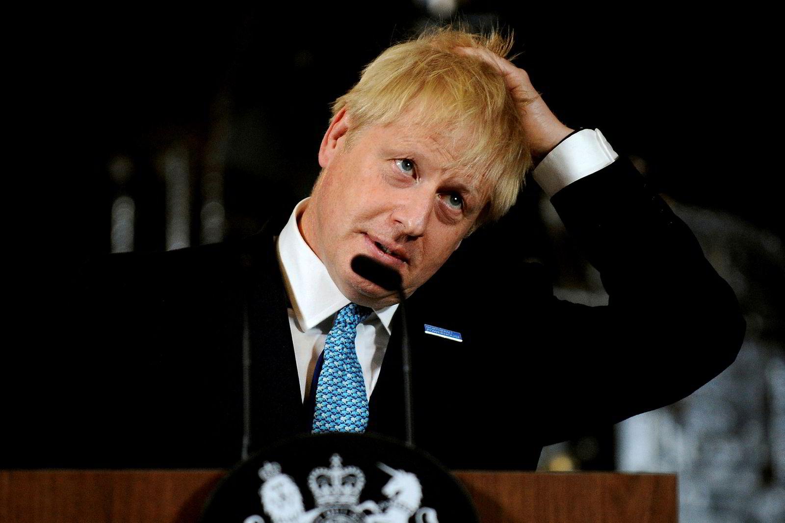 Statsminister Boris Johnson ordner håret sitt mens han holder en tale i vitenskaps- og industrimuseet i Manchester.