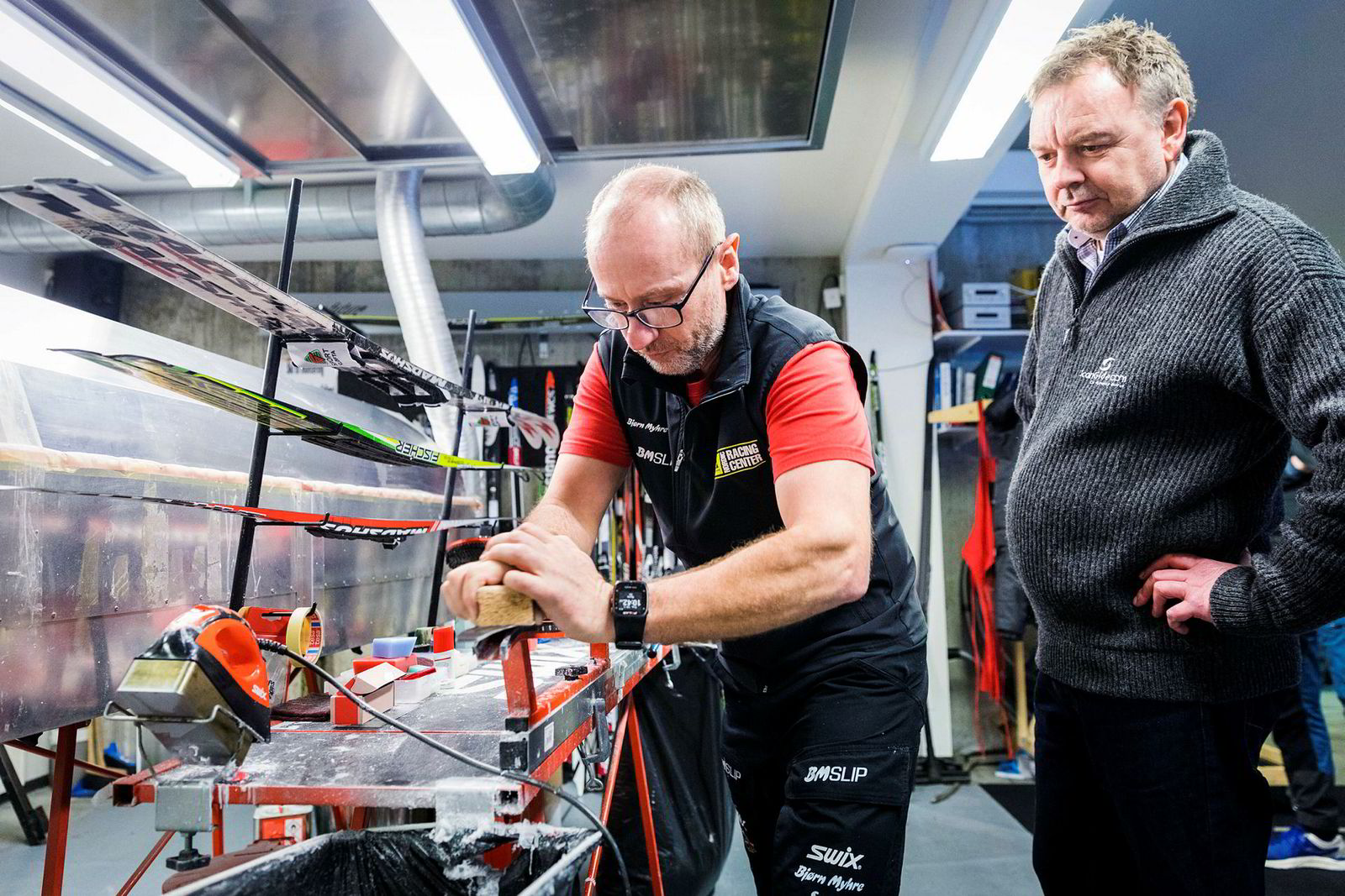 – Vi har jobbet intenst for å finne den rette formelen, sier Stein Husvær (til høyre) i Scanglide. Smøreekspert Rune Ek tester produktet.