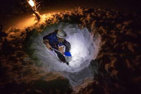 Nestein ingen telttur uten bål for Bodil Gilje. Når snømassene er store må det graves dypr før bålet kan antennes.