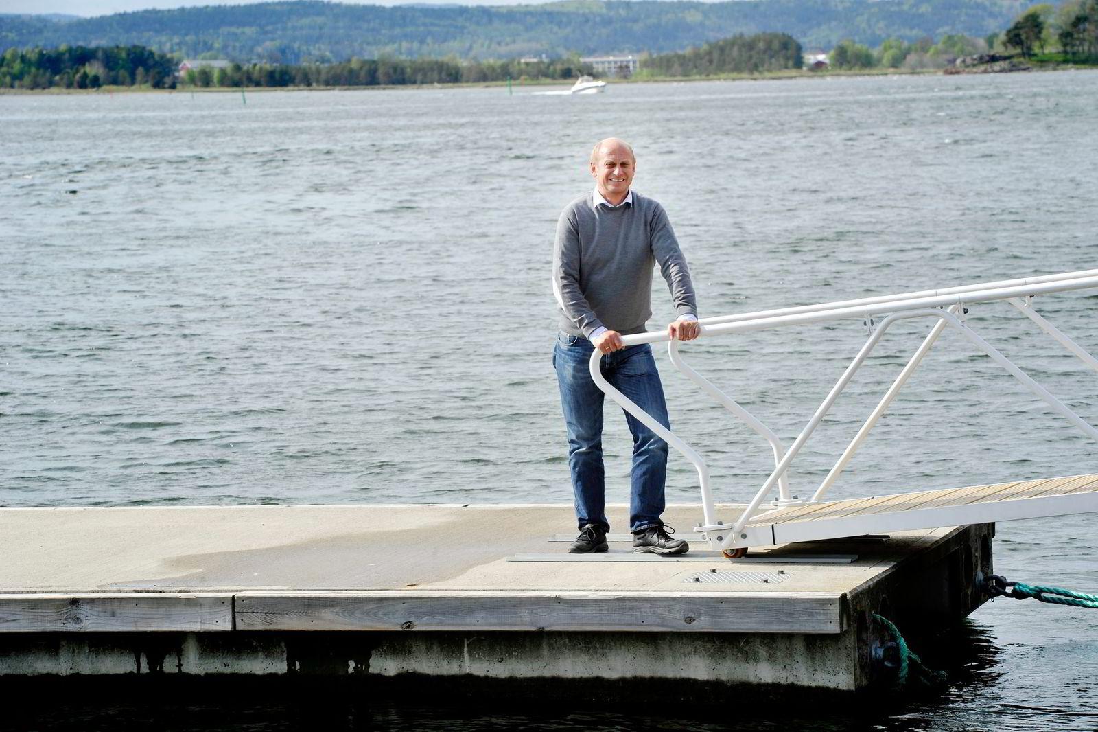 Eiendomsmegler Tore Solberg sier at lagerbeholdingen av hytter er lavere i år, sammenlignet med i år. Foto: Mikaela Berg