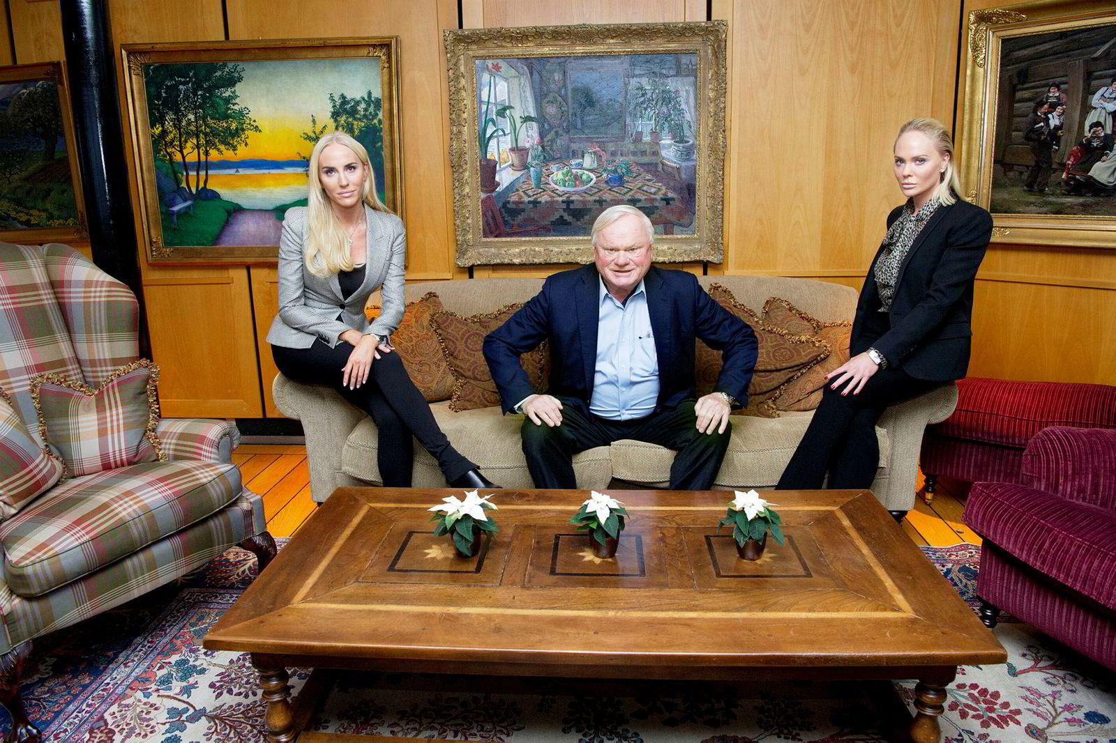 John Fredriksen med døtrene Cecilie og Kathrine (th).