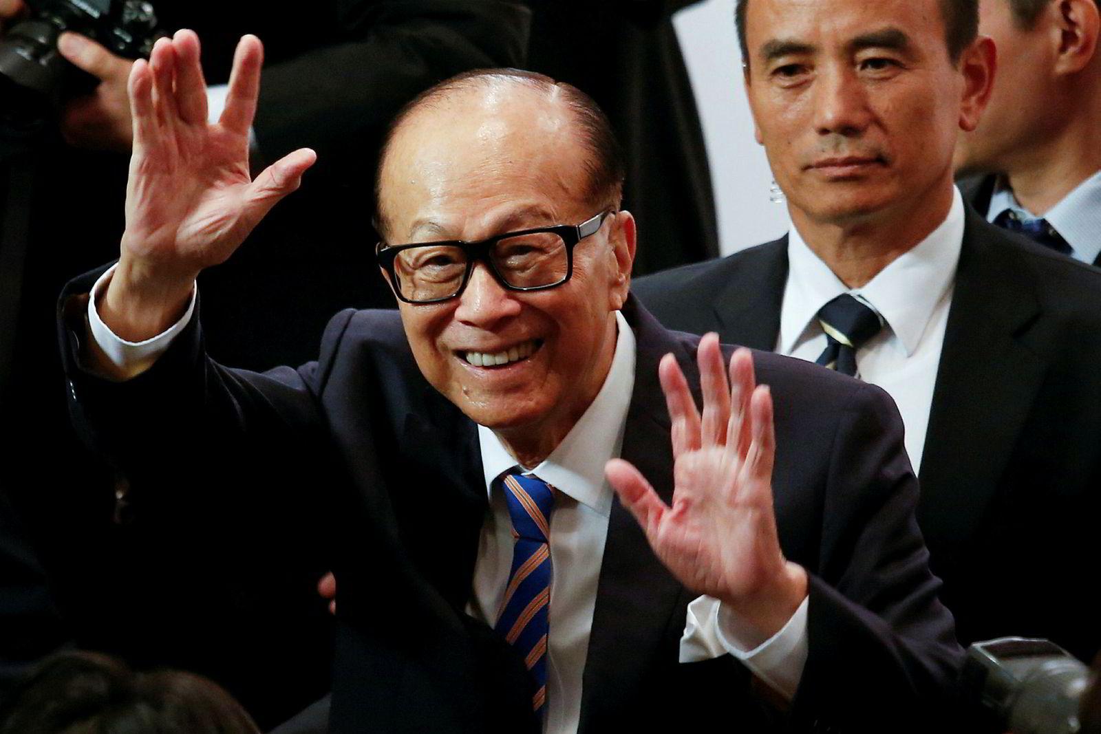 Hongkongs rikeste og mektigste, Li Ka-shing (91), her i 2018 da ha annonserte at han gikk av som styreleder i CK Hutchison, som sønnen i dag leder.