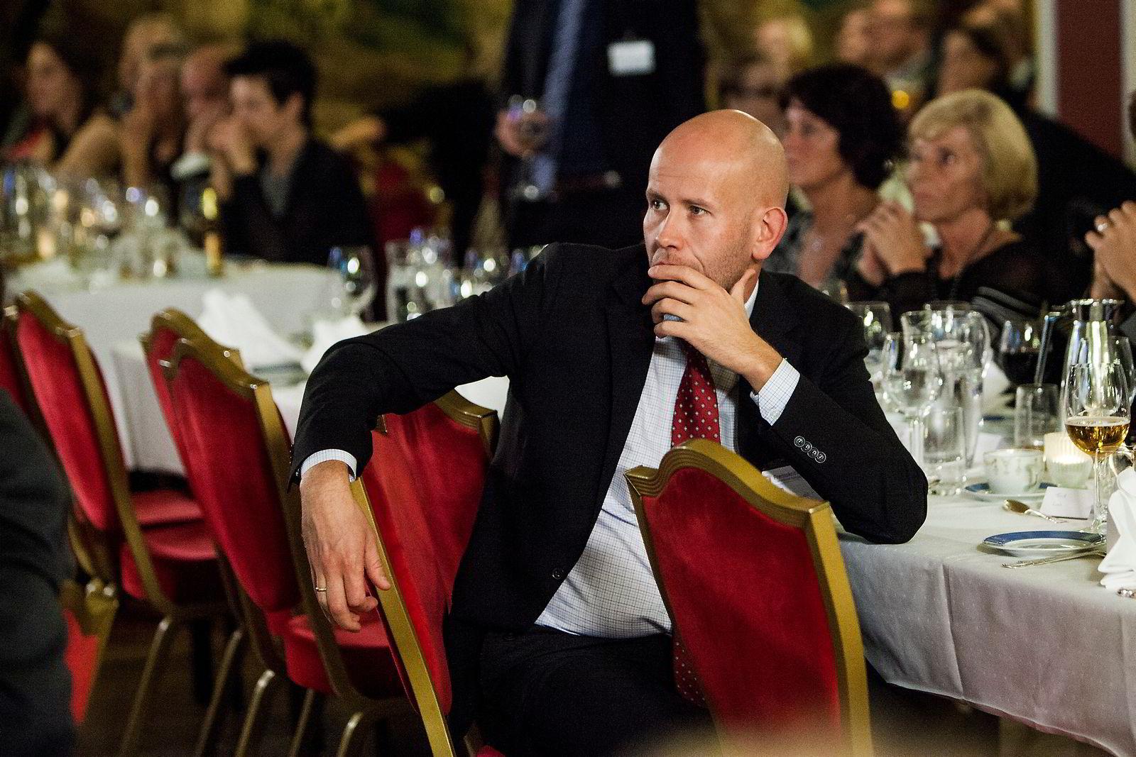 Olje- og energiminister Tord Lien (frp) følger spent med på de første målingene på frp valgvake på grand hotell.