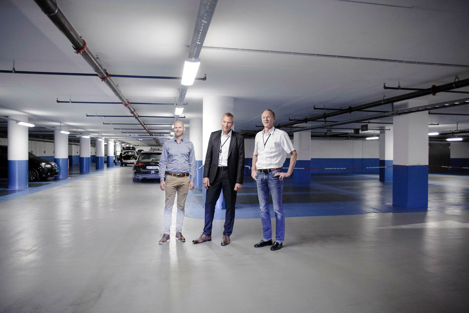 Fra høyre står administrerende direktør Gunnar Gjørtz i KLP Eiendom, administrerende direktør Rolf Thorsen i Oslo S Utvikling og investeringsdirektør Tov Sønsterud i KLP Eiendom i kjelleren under Barcode.