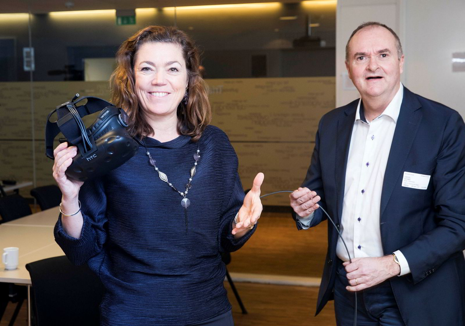 NHO-direktør Kristin Skogen Lund med vr-brillene som sendte henne inn i et brennende hotellrom. Til høyre medeier i Real Training, Hans Seime.