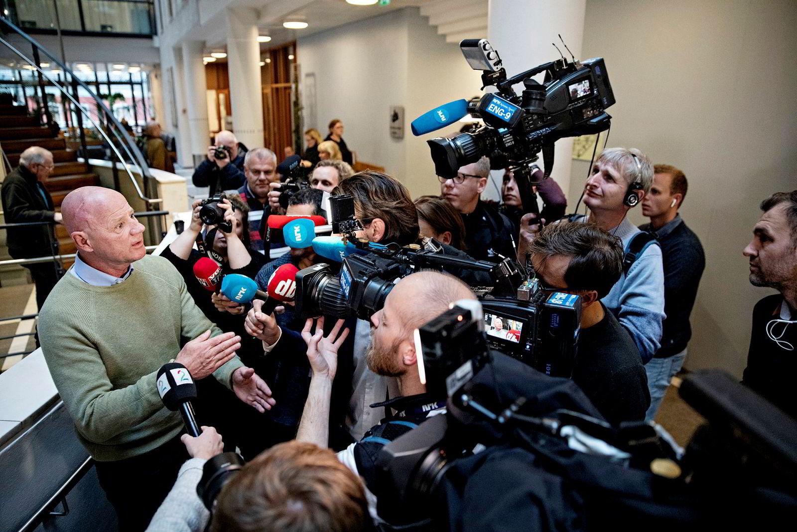 Jan Erik Iversen ombestemte seg og tillot fotografering utover dagen. Dermed ble trøkket stort da han møtte pressen utenfor rettssalen.
