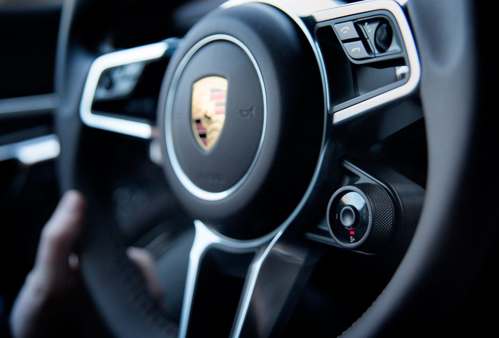 Porsche har flyttet flere knapper inn på rattet, blant annet den som lar deg velge oppsett på bilen.
