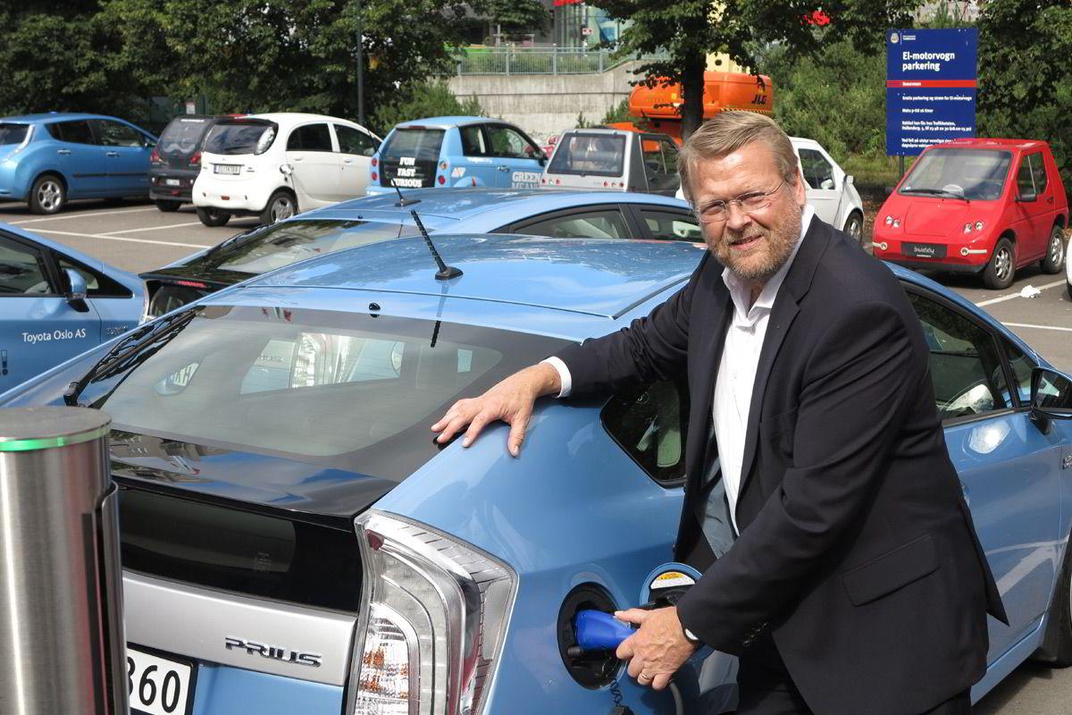 Toyota-sjef Lars-Erik Årøy tror folk heller vil kjøpe suv enn vanlige familiebiler fremover.