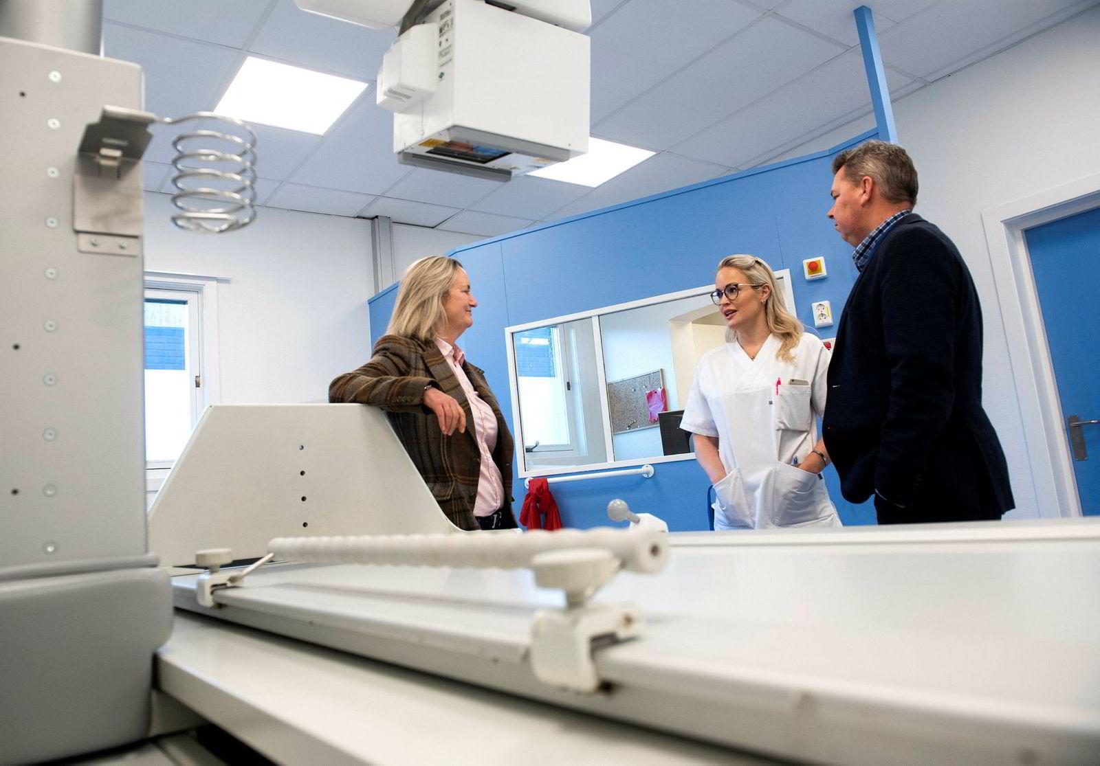 Sykehusdirektør Anders Mohn Frafjord er veldig fornøyd med at Rotary stiller frivillige mentorer for Diakonhjemmets mellomledere, her mentor Siri Røsberg (t.h) og enhetsleder Stine Bøe Gundersen.