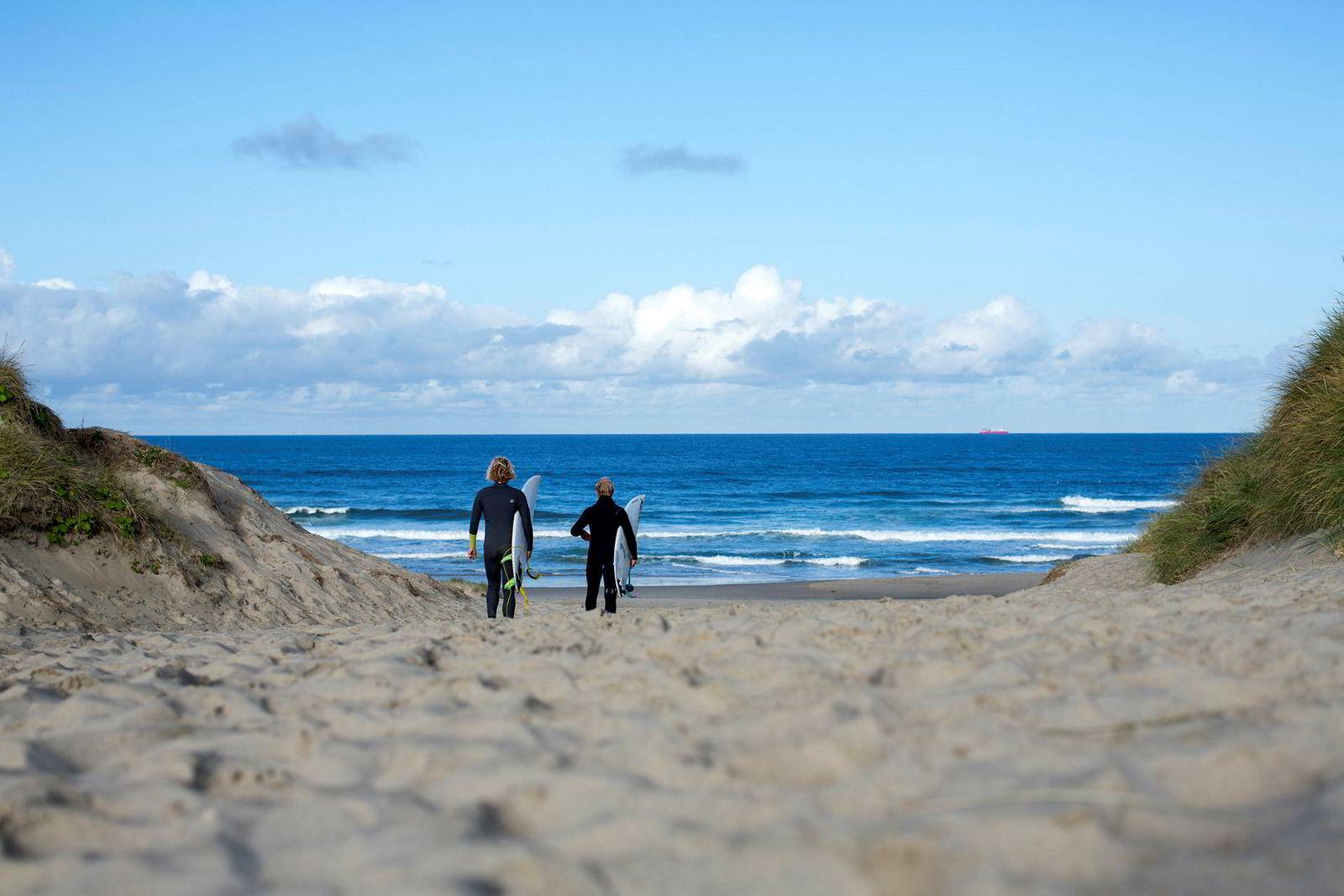 Daniel Holand og Sturla Fagerhaug går ned til Borestranden for å surfe. Hver time i vannet er en treningsøkt, og nå skal det skal terpes på detaljer.